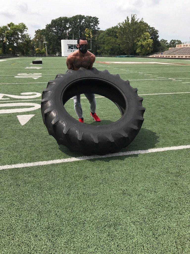 萊爾斯發佈自己訓練的照片:這輪胎真重