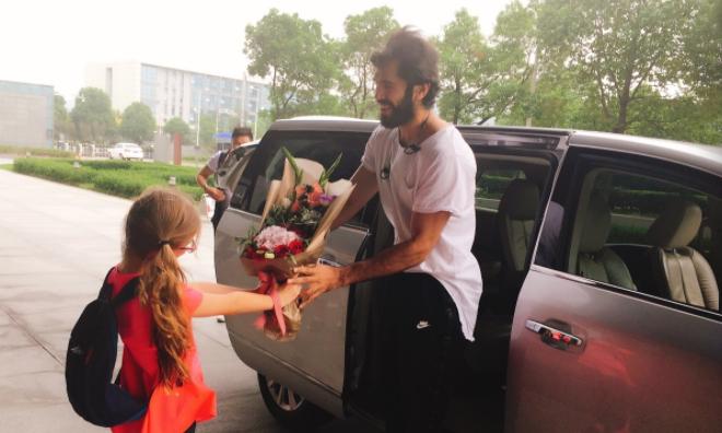 巴赫拉米与同曦队会合,下车即获金发小女孩献花