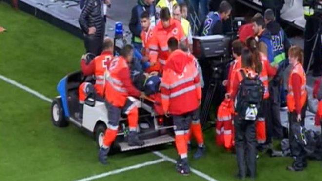 很兴奋,皇家社会球迷庆祝进球将一摄像师冲出看台