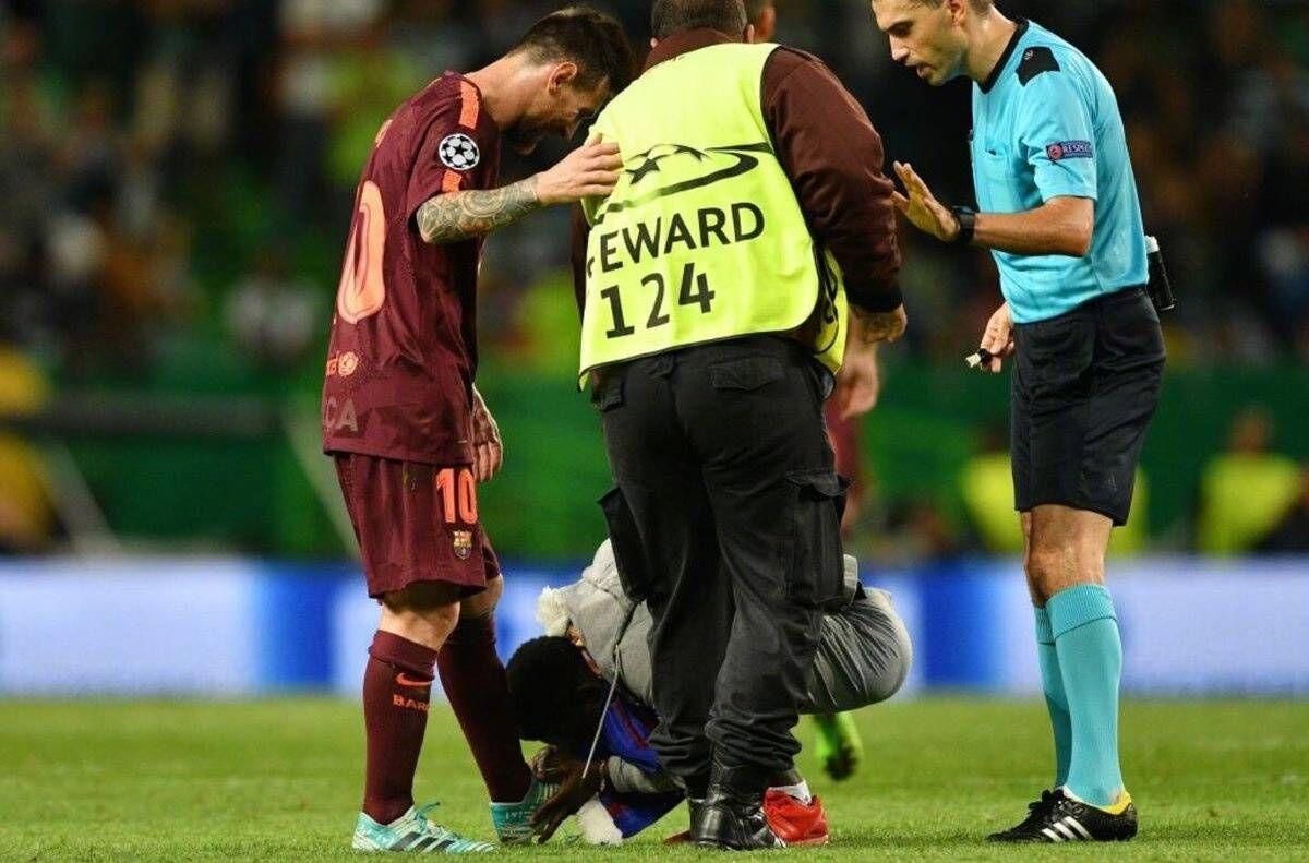 一图流:球迷闯入球场,亲吻梅西左脚