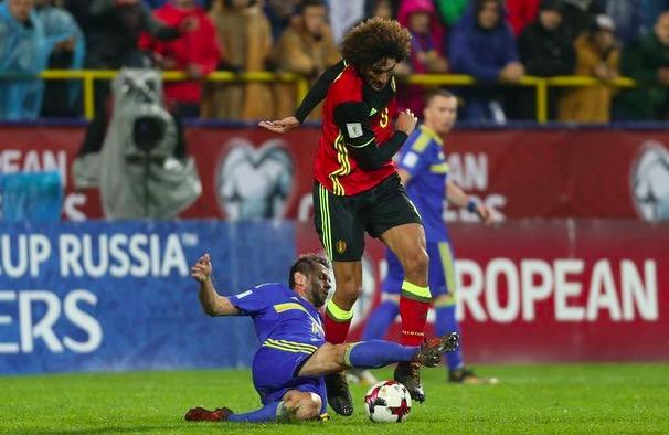 费莱尼在国家队比赛中膝盖受伤,中途被换下