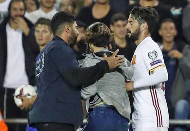 险!以色列主场球迷持刀冲入球场接近伊斯科被捕