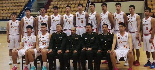 韩硕现身八一男篮拍摄新赛季全家福