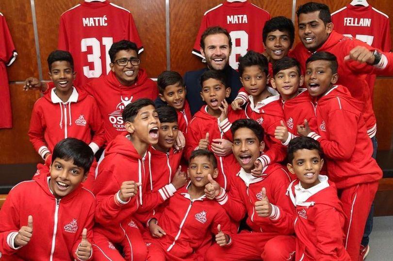 孟买贫民窟里的小孩受马塔之邀畅游老特拉福德球场
