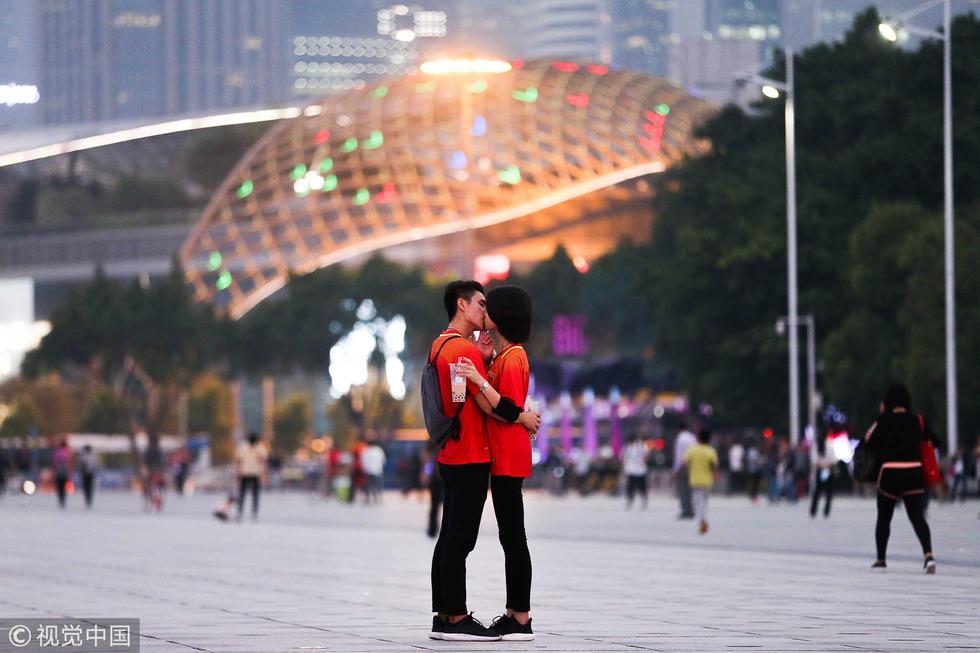 多图流:中塞战前球迷场外集结,情侣街边热吻抢镜