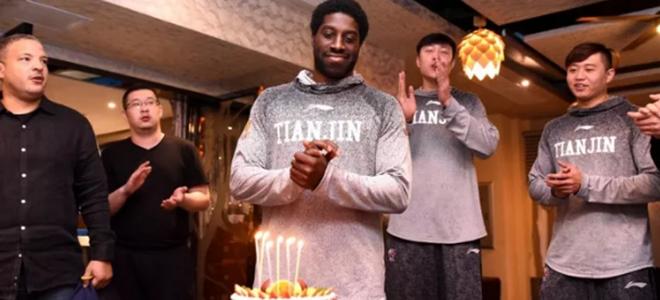 天津队众将赛后为杰特庆祝34周岁生日
