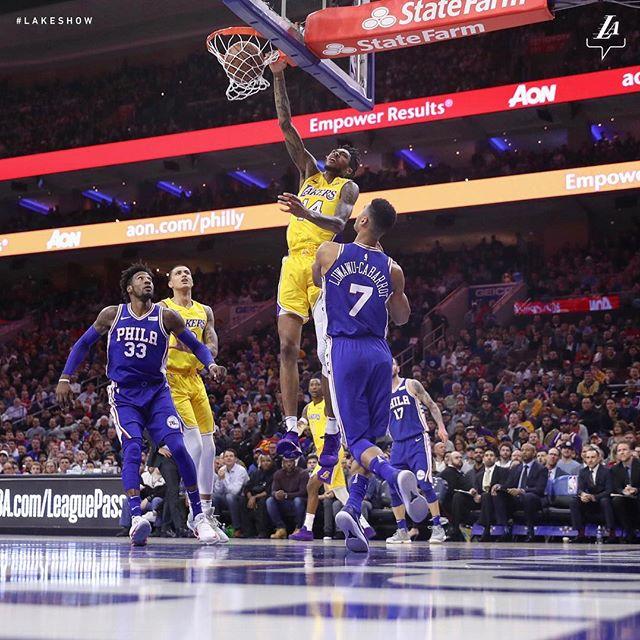 湖人官方展示英格拉姆翻身扣篮的比赛照片