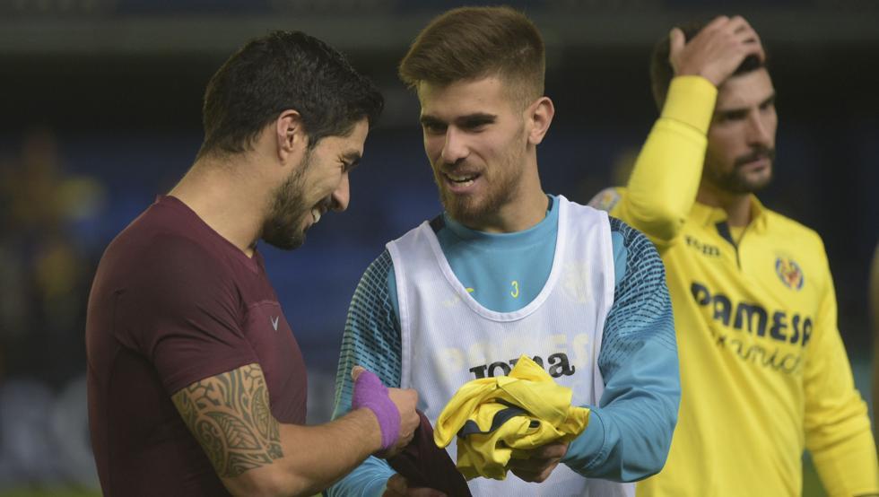 苏亚雷斯和黄潜乌拉圭小将赛后交换球衣
