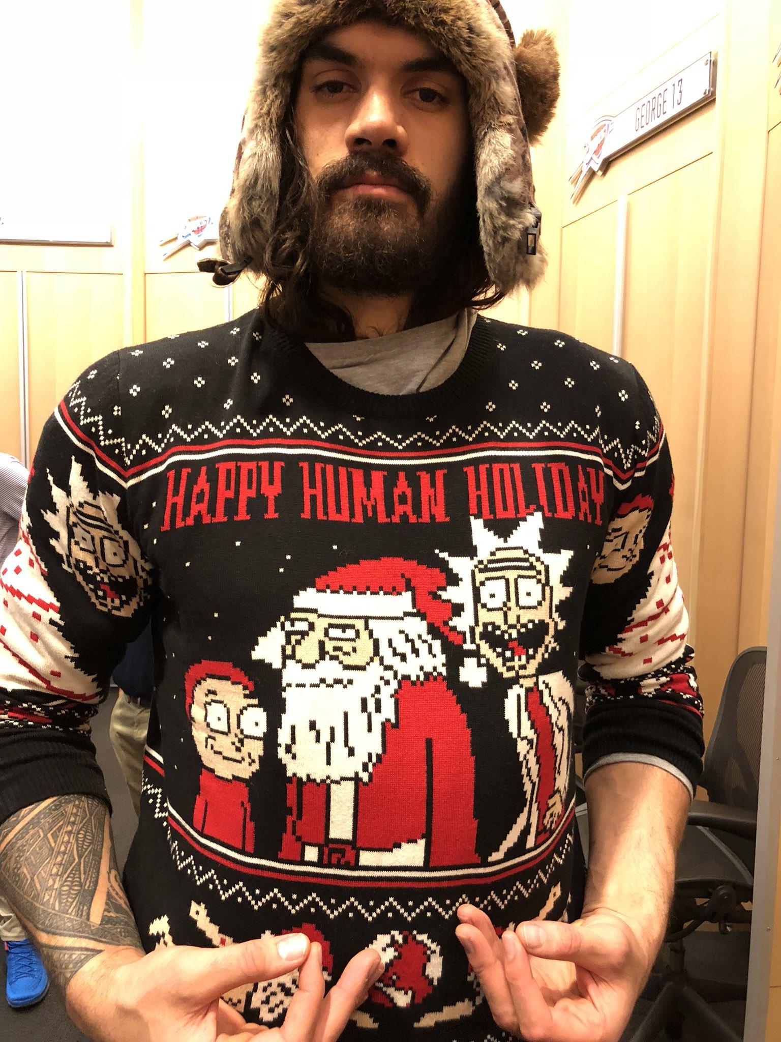 别致!史蒂文-亚当斯身穿印有特别图案的毛衣
