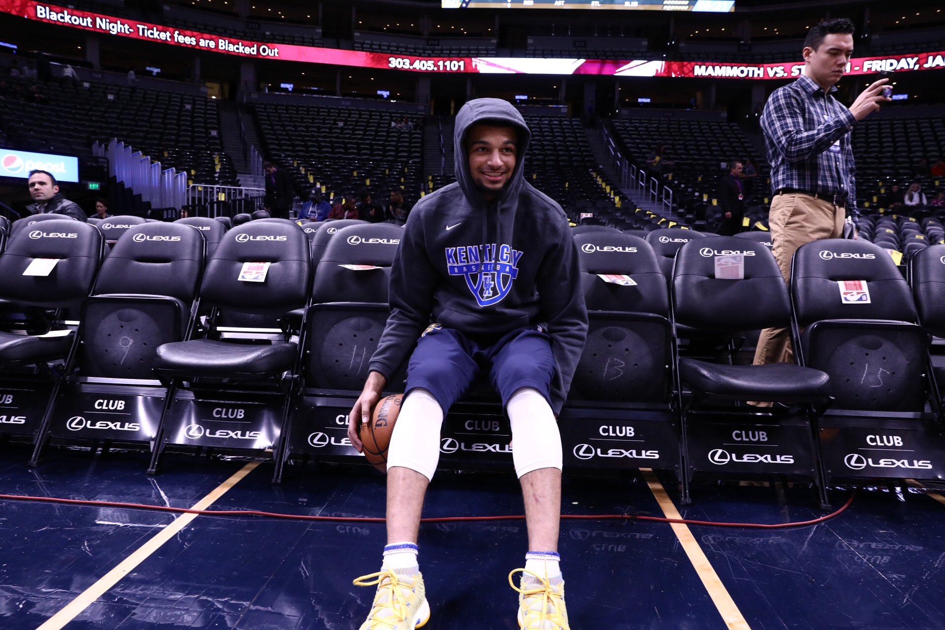 """贾马尔-默里穿印有""""肯塔基大学篮球""""字样的连帽衫热身"""