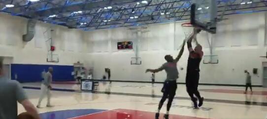 复出在即!格里芬训练中完成跳投、扣篮等动作