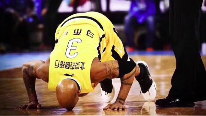 马布里晒亲吻五棵松地板照:为北京打球是莫大荣耀
