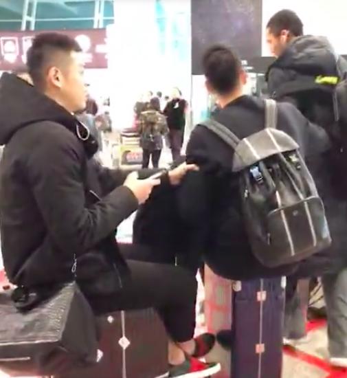 """翟晓川、方硕在机场公开""""欺负""""球队新秀丘天"""