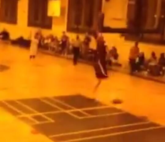 迷失方向?一名球员将球扣进自家篮筐