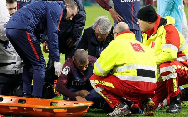 与里昂门将碰撞因伤下场后,姆巴佩发推:大家别责怪他了