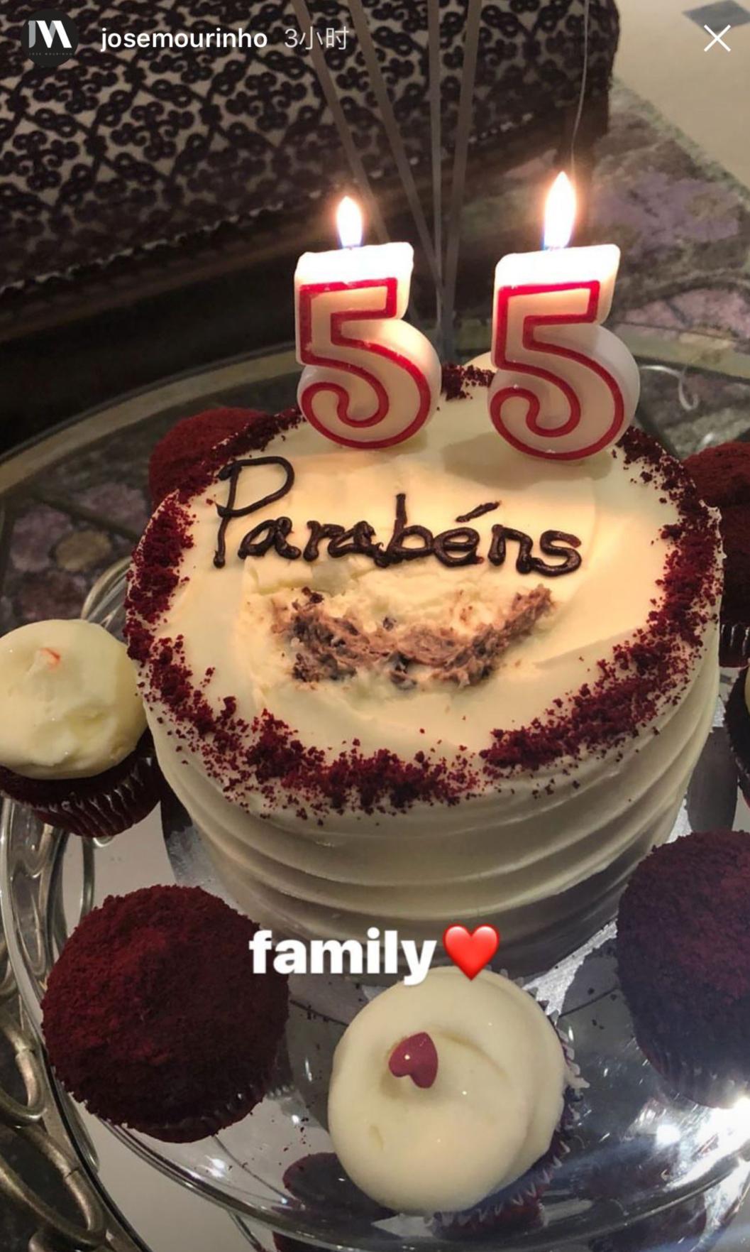 过生日又赢球,穆帅秀蛋糕感谢家人和球员