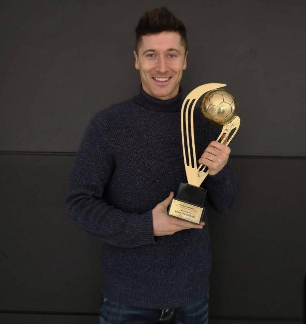 实至名归!莱万连续第七年领取波兰足球先生奖杯