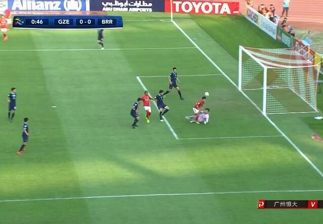 GIF:点球?于汉超被门将扑倒在禁区,裁判并无表示
