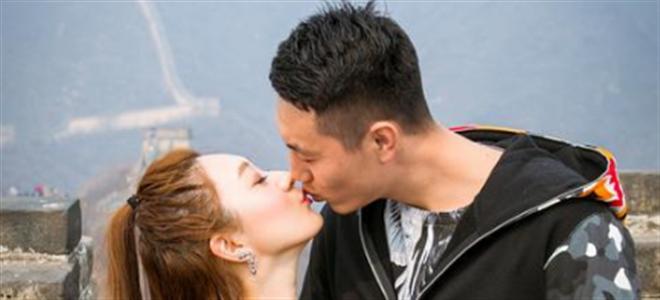 """翟晓川妻子晒亲吻照""""虐狗"""":祝大家双节甜甜蜜蜜"""