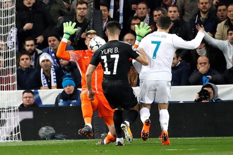 GIF:洛塞尔索禁区内犯规,C罗罚进点球扳平比分