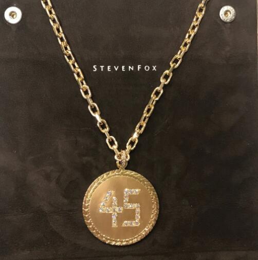 米切尔展示母亲送给自己的45号项链