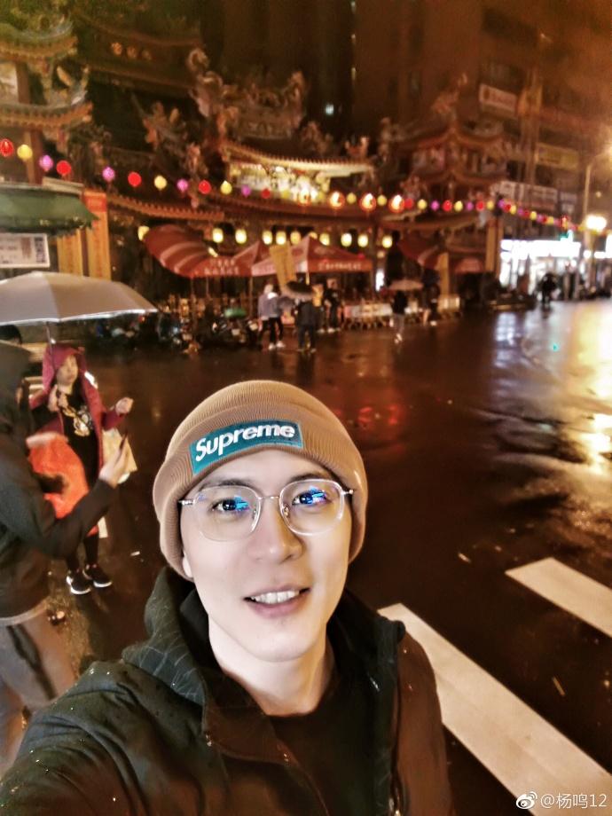 玩的开心!杨鸣、赵继伟晒台湾游玩夜市照