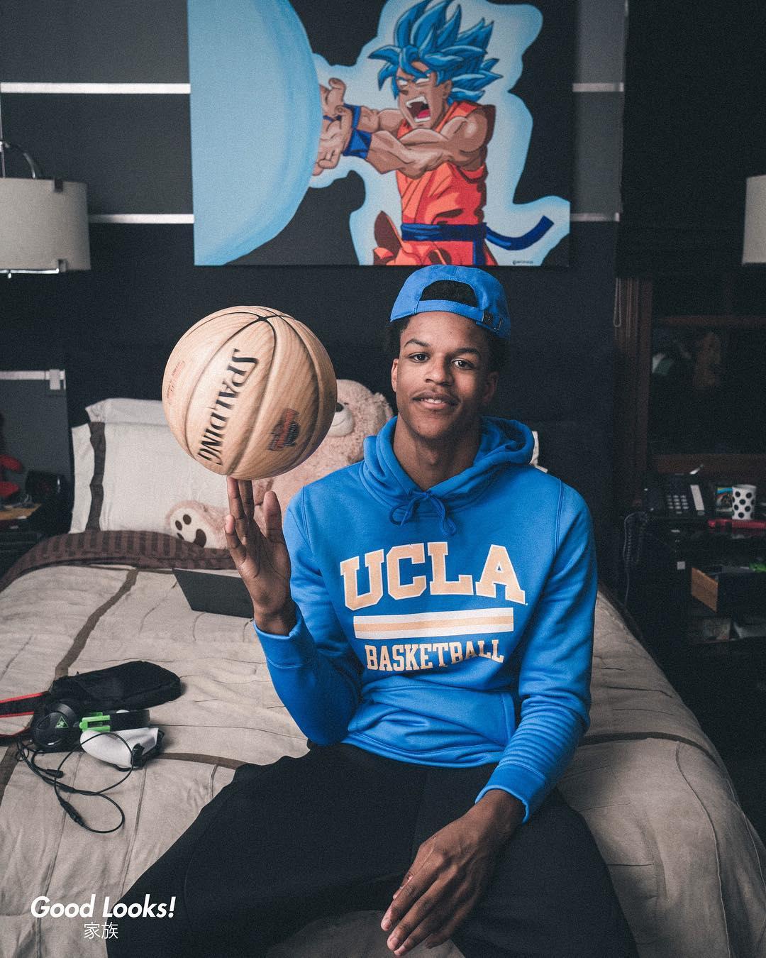 谢里夫-奥尼尔晒自己身穿UCLA帽衫的照片