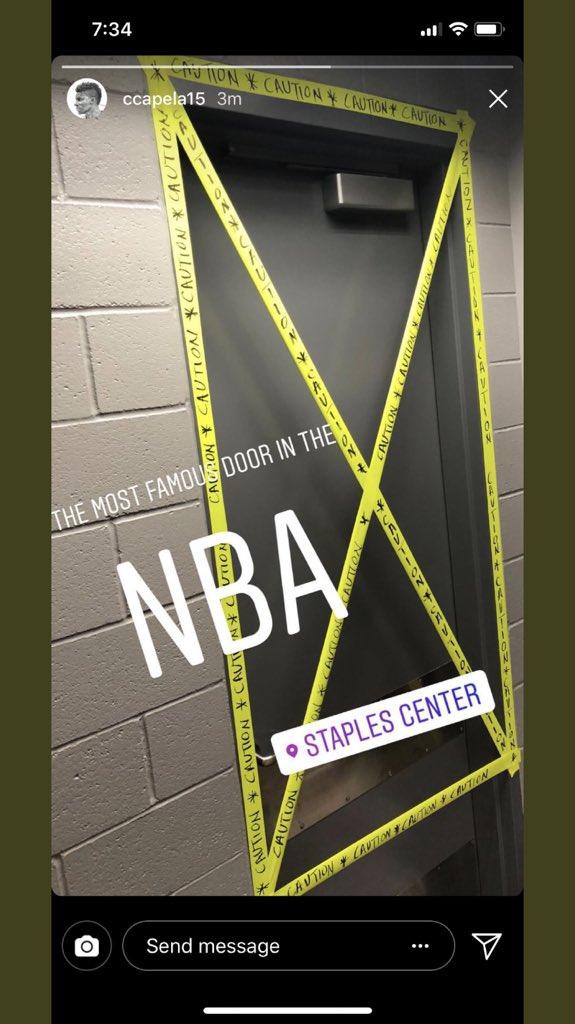 火箭球员通往斯台普斯中心后门的门口被贴上了黄色警示胶带