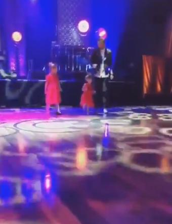 库里与两个女儿在生日会上共舞