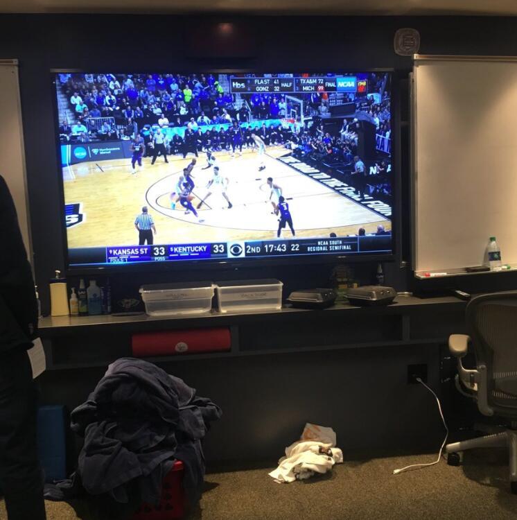 鹈鹕更衣室内赛后播放肯塔基大学的比赛