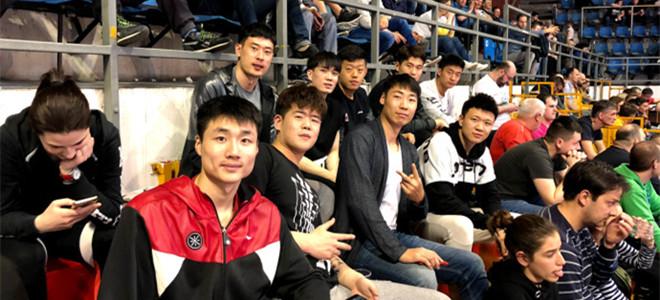 北控队员现场观战欧洲篮球新星卢卡-东契奇比赛