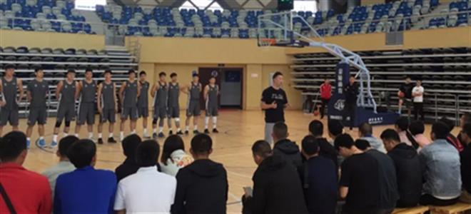 浙江队为丽水市篮球教练上课,球员亲自上阵示范