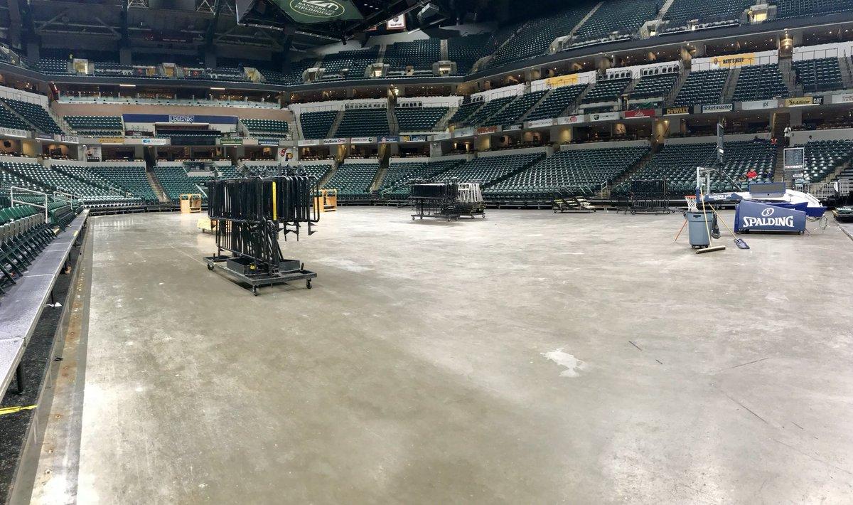 步行者主场地板和场边座椅赛后已被快速拆除