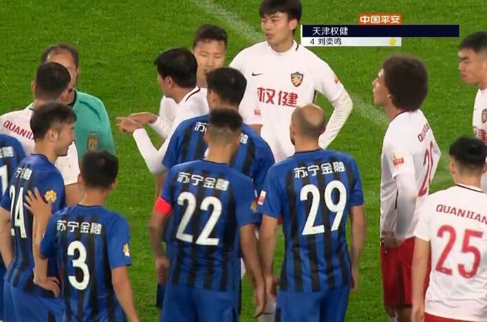 GIF:质疑裁判?刘奕鸣提醒裁判看VAR染黄