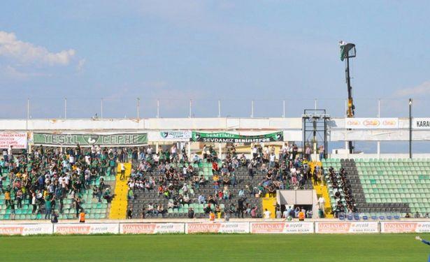 最佳观赛位?土耳其球迷坐吊车顶观看比赛