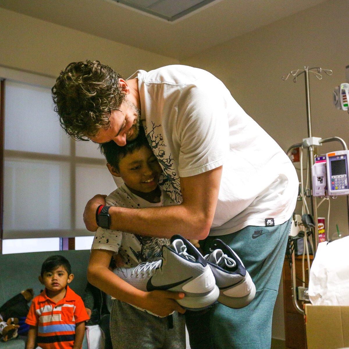 有爱!马刺官方展示加索尔探望儿童医院照片