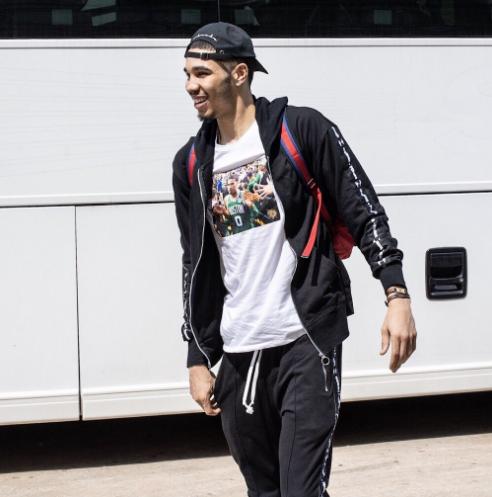 塔特姆今日身穿着印有自己头像的T恤启程前往费城