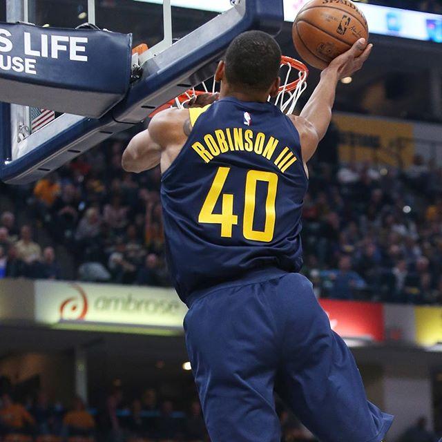 罗宾逊三世晒照:头撞到篮板了