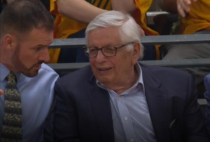 前NBA总裁大卫-斯特恩来到现场观看火箭与爵士季后赛