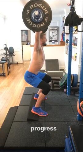 帕森斯发布自己进行举重训练的视频