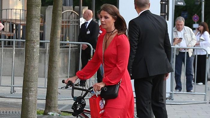 随性!基米希女友骑小轮车穿拖鞋参加拜仁夺冠庆祝