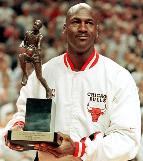 历史上的今天:乔丹领取个人第5座常规赛MVP奖杯
