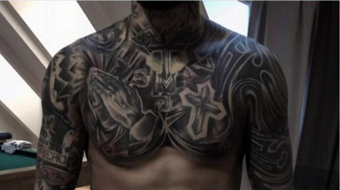 再添新纹身!纹身师:比达尔一点都不怕疼