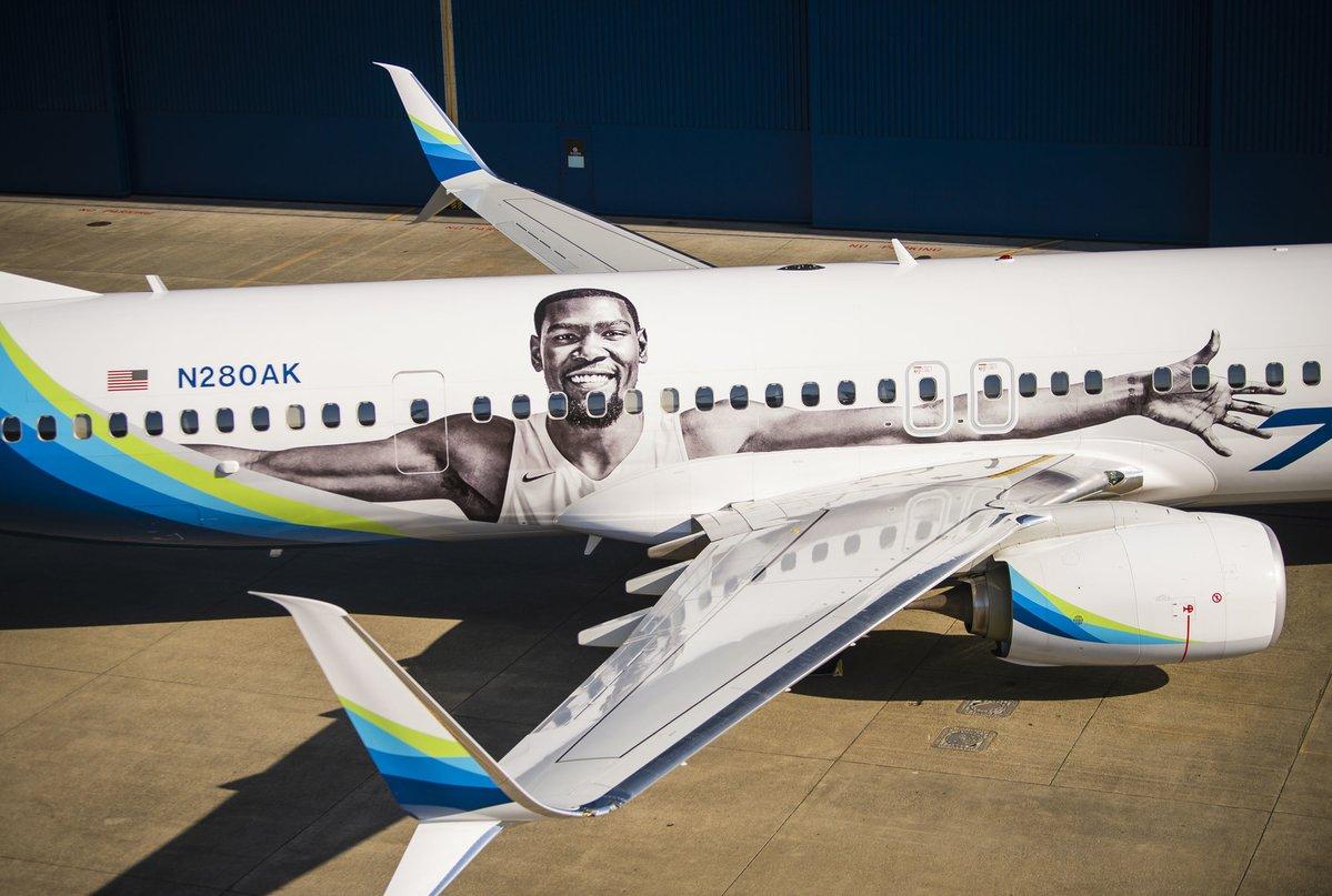 阿拉斯加航空晒出照片:印着杜兰特照片的飞机