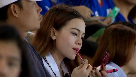 GIF:大雨不能影响美丽!泰国美女球迷现场补妆