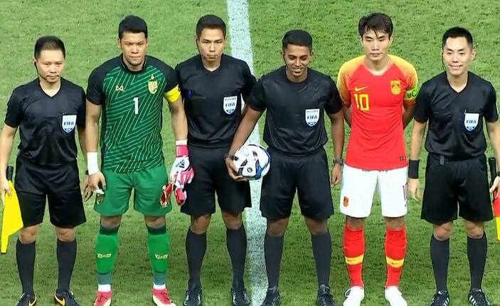 GIF:百场先生!队长郑智为国足挑边,与裁判握手