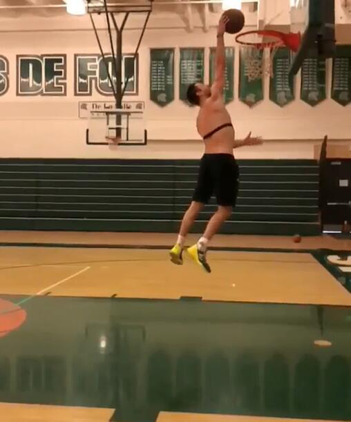 戴拉维多瓦发布自己扣篮的慢动作视频:在篮筐上度过夏天