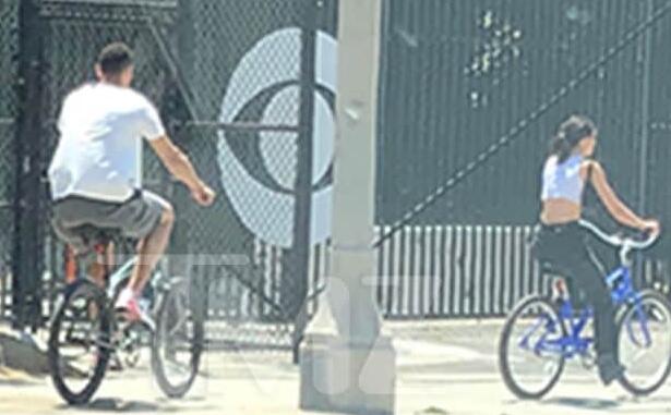 本-西蒙斯和肯达尔-詹娜一起在街头骑自行车