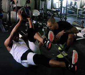 咬紧牙关!吉米-巴特勒发布自己的训练视频