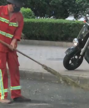 库兹马感叹中国街道环卫扫把:多么酷呀